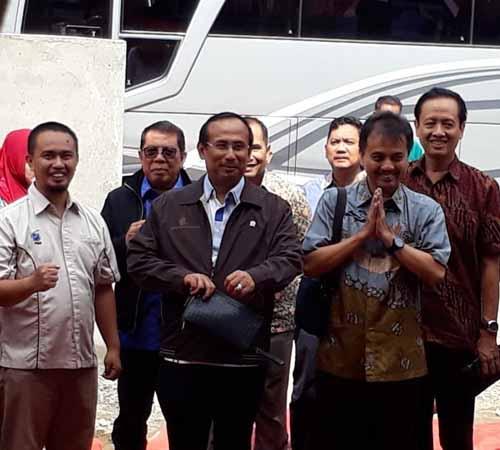 Roy Suryo, dkk (anggota DPR R.I.) melakukan kunjungan kerja di Puskesmas Buludoang dalam rangka peninjauan pemanfaatan bantuan akses internet oleh BPPPTI (selasa, 3/7).