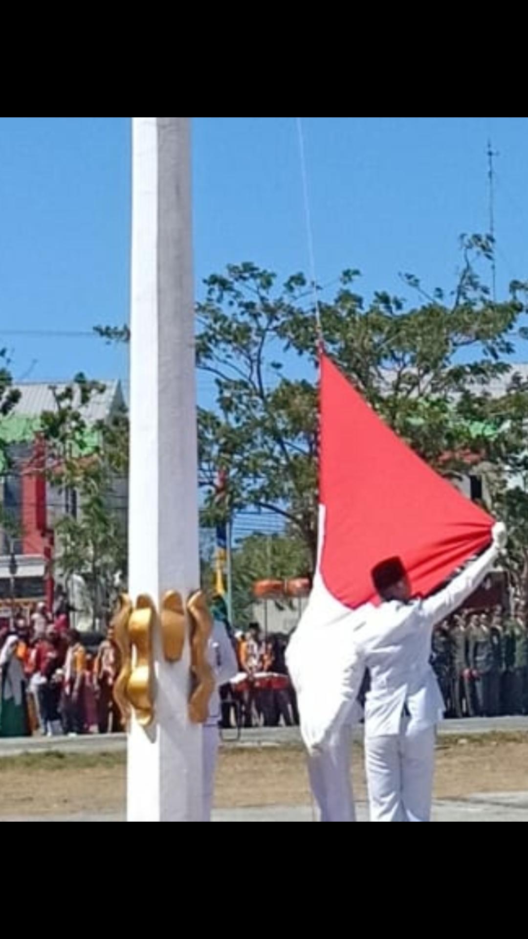 Pengibaran bendera merah putih pada detik-detik Proklamasi Kemedekaan R.I. ke-74 Tahun 2019 Tingkat Kab. Jeneponto di Lapangan Passamaturukang